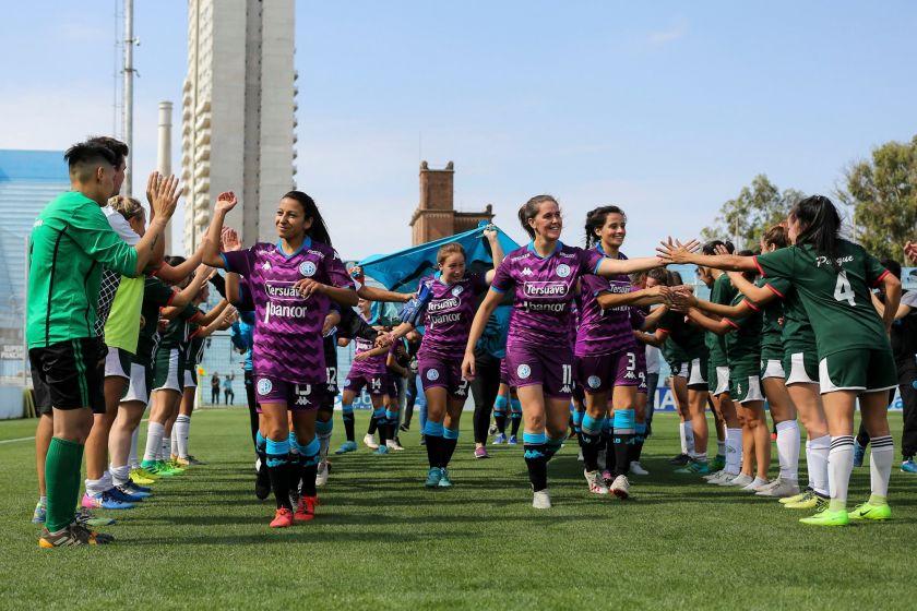 Belgrano y su camiseta violeta, el color que simboliza la lucha de la mujer.