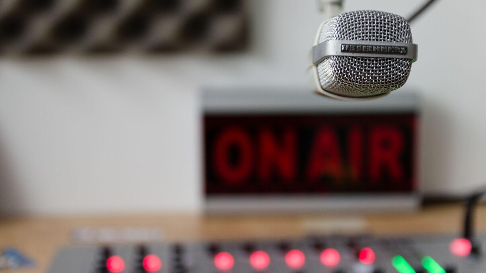 100 años después de esa primera trasmisión, Al Toque se suma a la hermosa aventura de la radio.