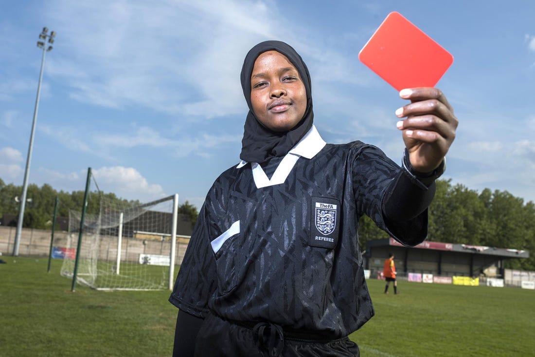 """""""Cuando estoy en la cancha y sueno el silbato para empezar el partido, no soy refugiada, mi hijab no importa, y tampoco mi género ni el color de mi piel""""."""