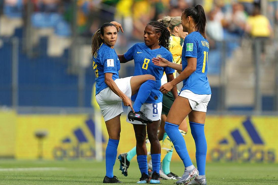 Marta festejó sus goles besando o señalando sus botines en Francia.