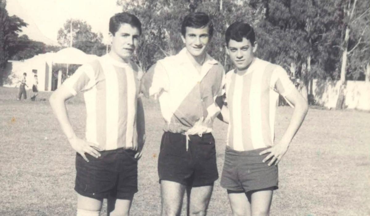 Eduardo Bonyoan, Pedro Ornad y José Alberto Mora posan previo al partido entre San Martín y la reserva de River Plate jugado en 1945.