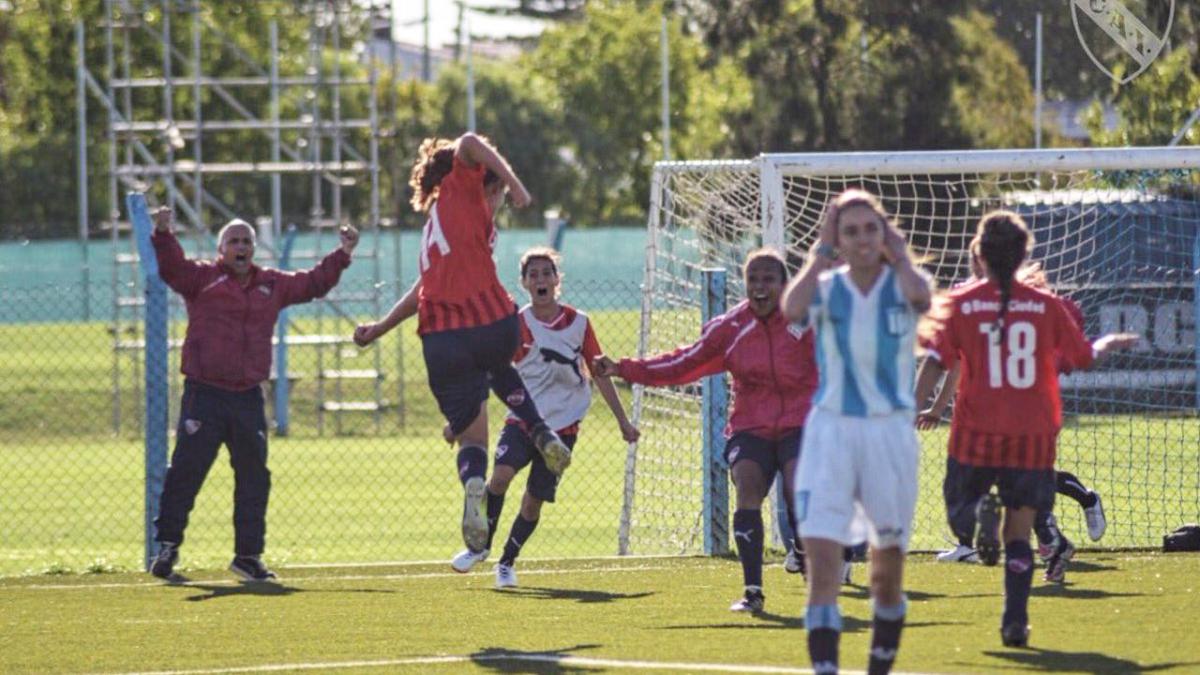Con la 14 en la espalda, Francescato festeja su gol agónico.
