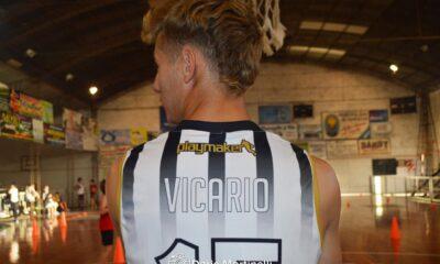 """El jugador de la primera, Lucas Vicario, se encargó de los entrenamientos de las categorías formativas del """"albo""""."""