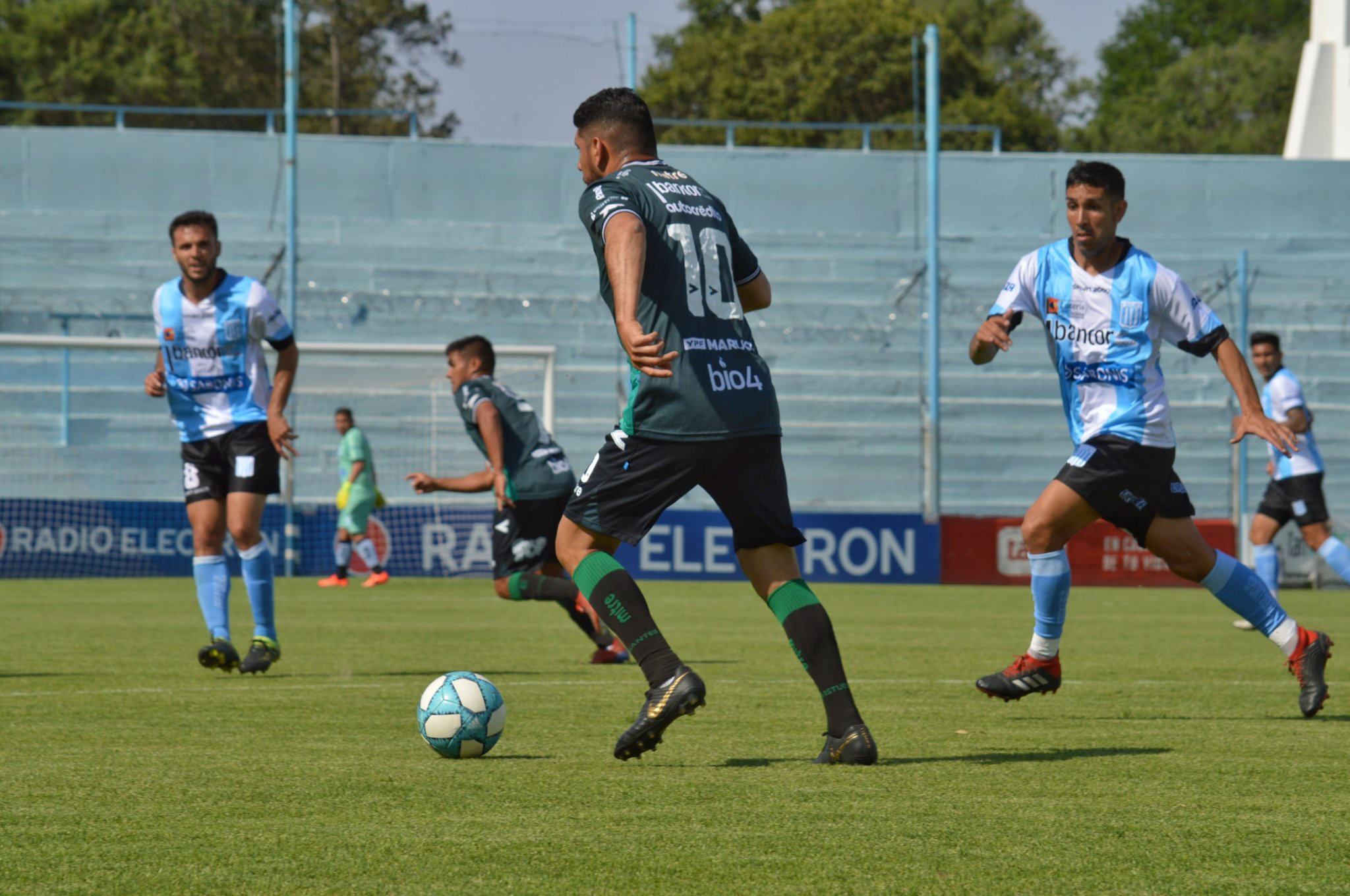 Estudiantes juega ante Racing de Córdoba.