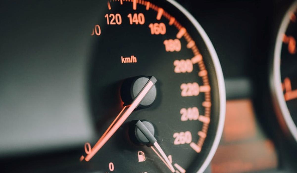 Fotografía de velocímetro de vehículo