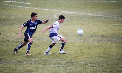 El futbolista Santiago Magallanes, con la 17 de Herlitzka, decidió alejarse del club para terminar su carrera universitaria.