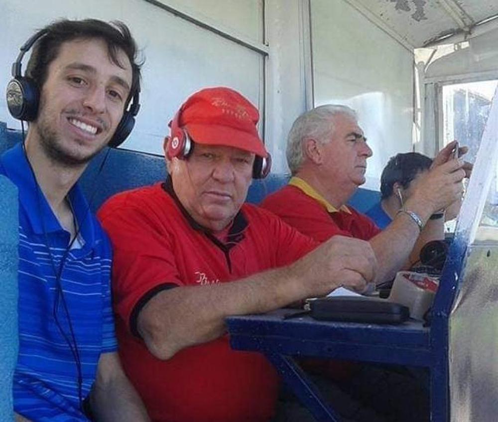"""Pablo Ramón, hijo de Rubén Darío, junto al """"Tita"""" y la radio."""