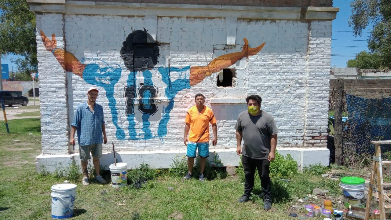 Un grupo de jóvenes del Club Argentinos Juniors pintó una imagen de Diego Armando Maradona en el ingreso al barrio Las Delicias.