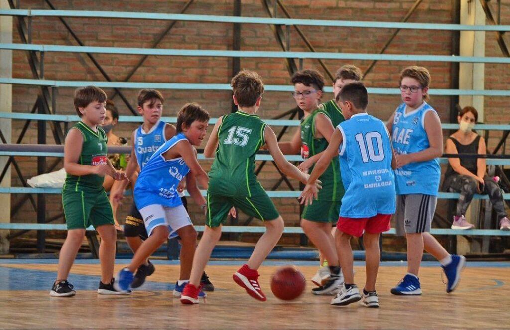 """Los más chicos del """"verde"""" y el """"celeste"""" se encontraron en partidos amistosos."""