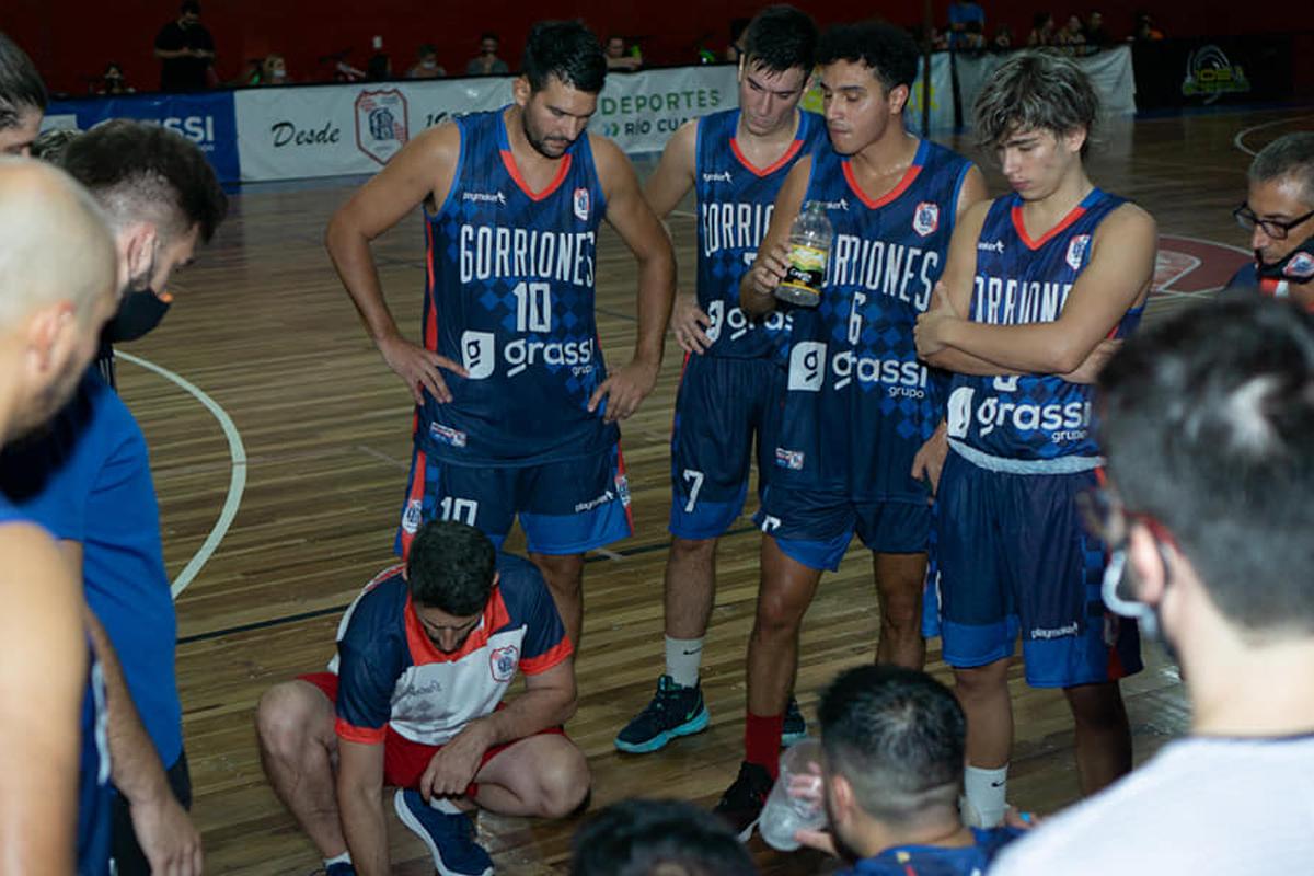El entrenador Martín El Kadre da indicaciones en un juego de pretemporada de Gorriones.