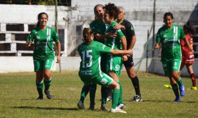 Los abrazos a Aylén Oyola. La futbolista que se recupera de una lesión muscular, ingresó en el segundo tiempo y aportó un tanto a la goleada.