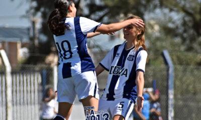 """La ex liguera Juliana Berardo festeja uno de sus goles con la """"T"""" en 2019, junto a Catalina Ongaro, actualmente en UAI Urquiza. Una imagen de celebración que hace mucho no se repite en Talleres, un equipo a punto de desaparecer."""