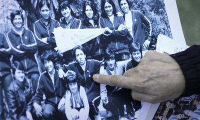 """El dedo señala a Gloria """"Betty"""" García en la postal de la Selección Argentina en el Mundial de México 1971 (Foto: Federico Peretti para Revista Líbero)."""