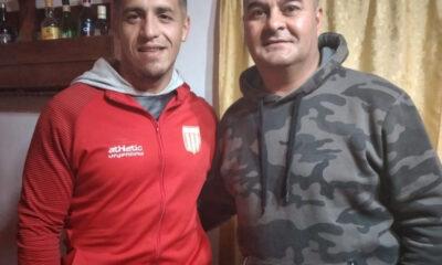 Juan Ibrborde (con la campera de Sportivo la Cesira) y su compañero de trabajo Amilcar Allende.