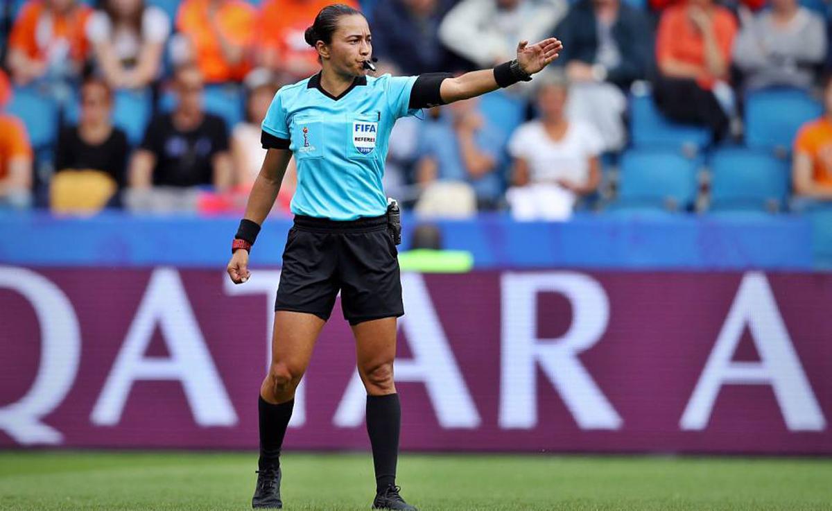 Más tarjetas rojas para los prejuicios en el arbitraje de fútbol, que sumará este jueves un nuevo hecho histórico.