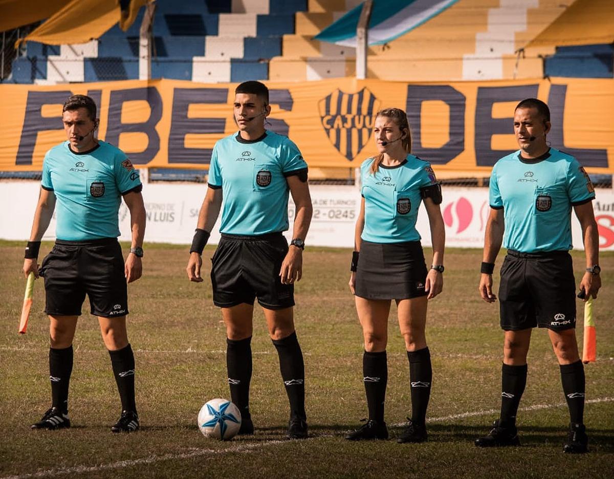 El debut oficial en el certamen -que es la tercera categoría del fútbol argentino- fue el 18 de abril, en el enfrentamiento entre Juventud Unida Universitario de San Luis y Ciudad de Bolívar.