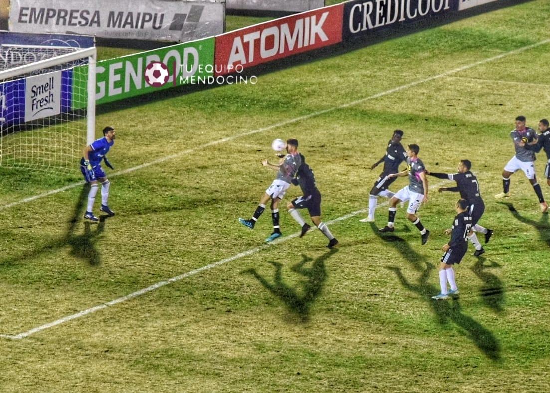 El gol que le anularon a Gimnasia de Mendoza y benefició a Riestra.