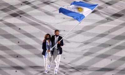 Cecilia Carranza Saroli y Santiago Lange, campeones en Río 2016 y atletas que volverán a competir juntos en esta cita, encabezaron como abanderados el desfile de la delegación argentina.