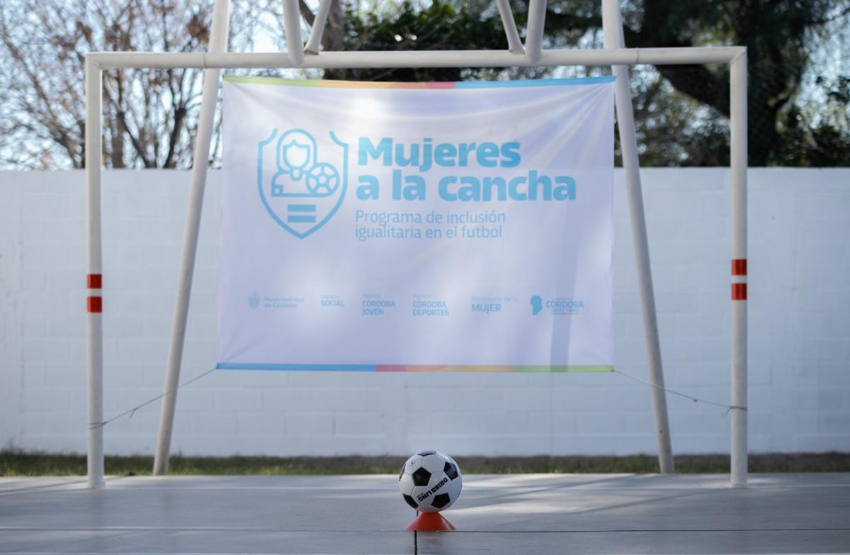 Mujeres a la Cancha está dirigido especialmente a las mujeres ligadas al ámbito del fútbol: jugadoras, entrenadoras, árbitras, periodistas, personal de salud.