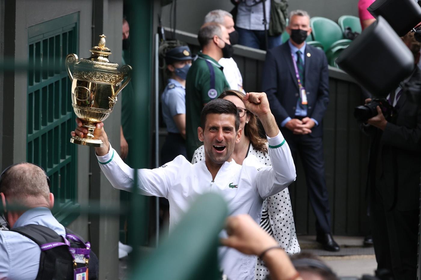 Novak Djokovic con su sexto título de Wimbledon.