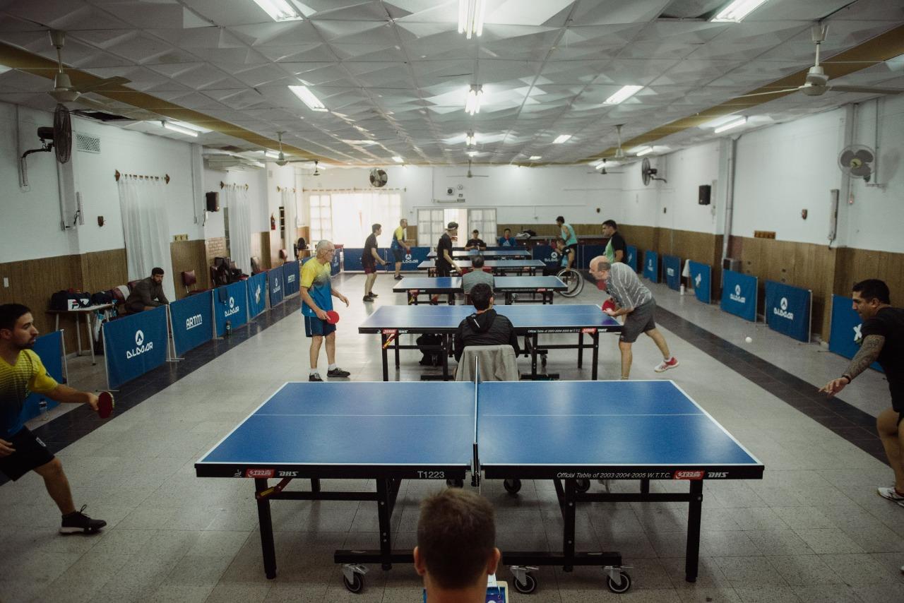 El club Chacabuco, dispuesto para un torneo de tenis de mesa.