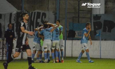 Pardo y sus compañeros celebran el gol del empate.
