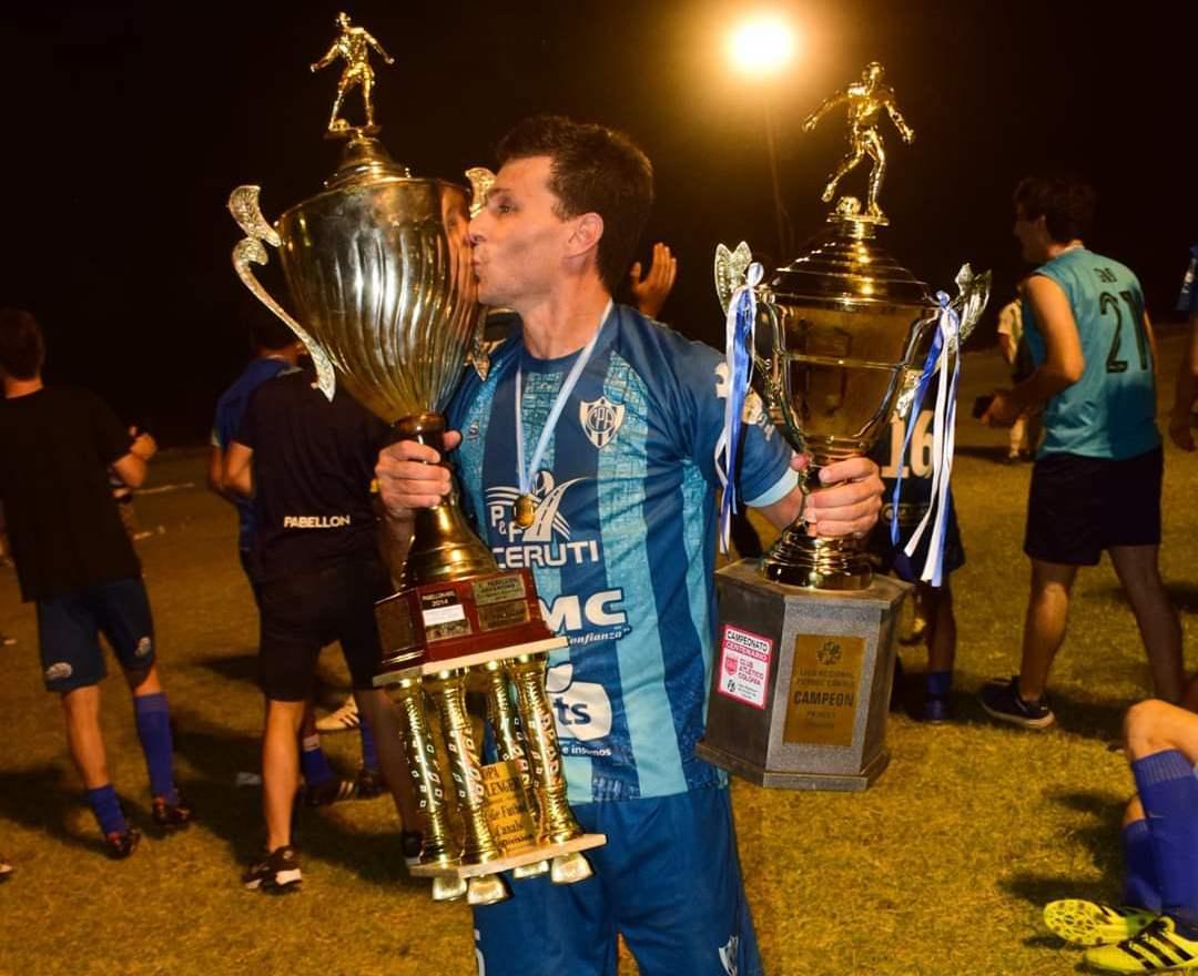 Maximiliano Carballo y uno de sus tantos festejos como jugador, el día de su despedida del fútbol y levantando la Copa Challenger de la Liga de Canals.