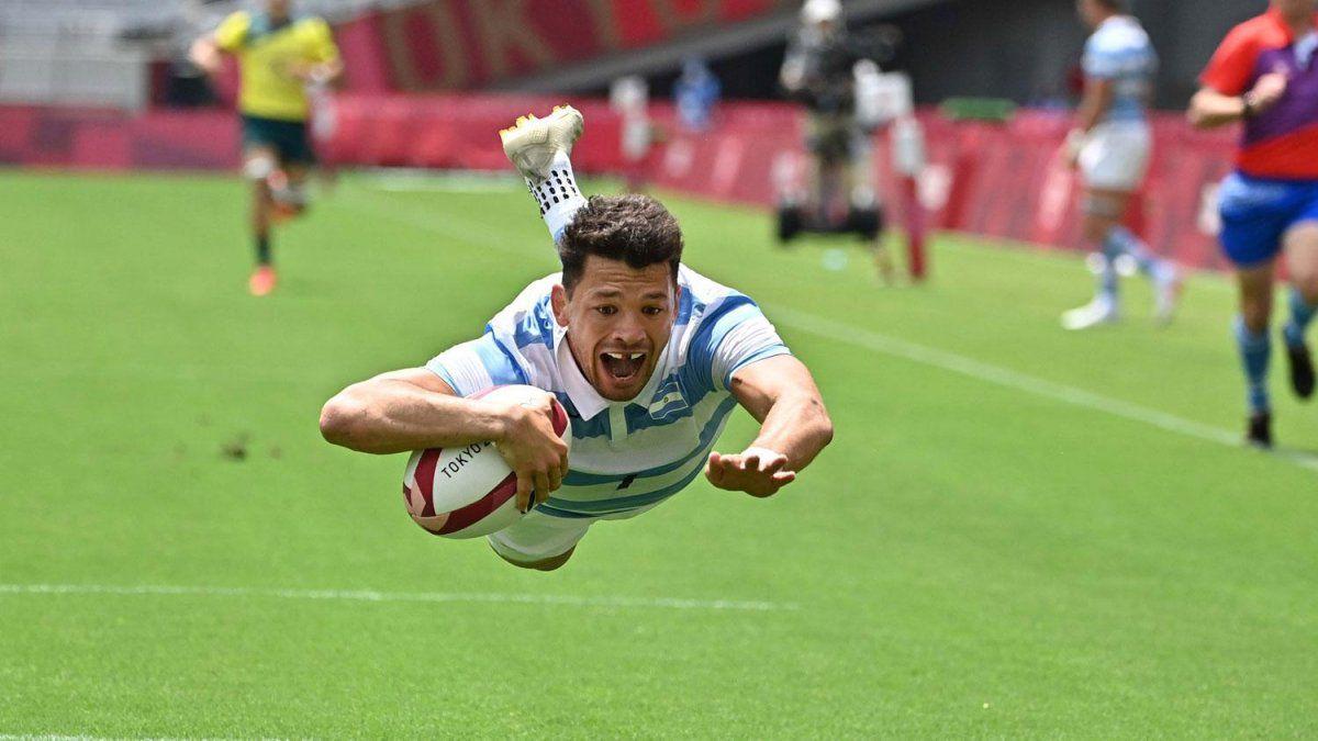 Lautaro Bazán Vélez vuela hacia uno de sus tries en Tokio 2020.