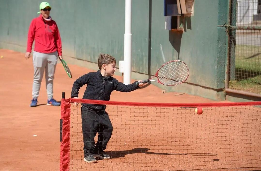 Se llevó a cabo una jornada con infantiles de tenis en Acción Juvenil de General Deheza.